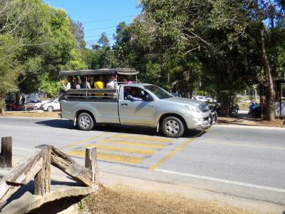 トレッキングに向かう観光客