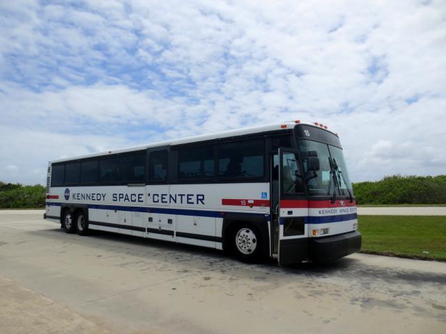 ガイド・ツアーのバス