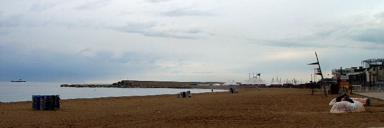 バルセロネータの海岸 Barceloneta, Barcelona, Spain Photo by Kohyuh 2005/05/17